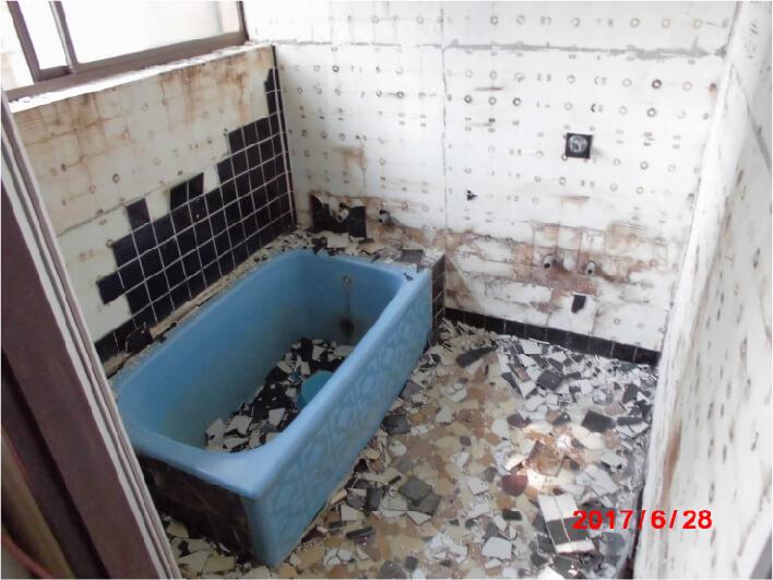 リフォーム前のバスルームの写真